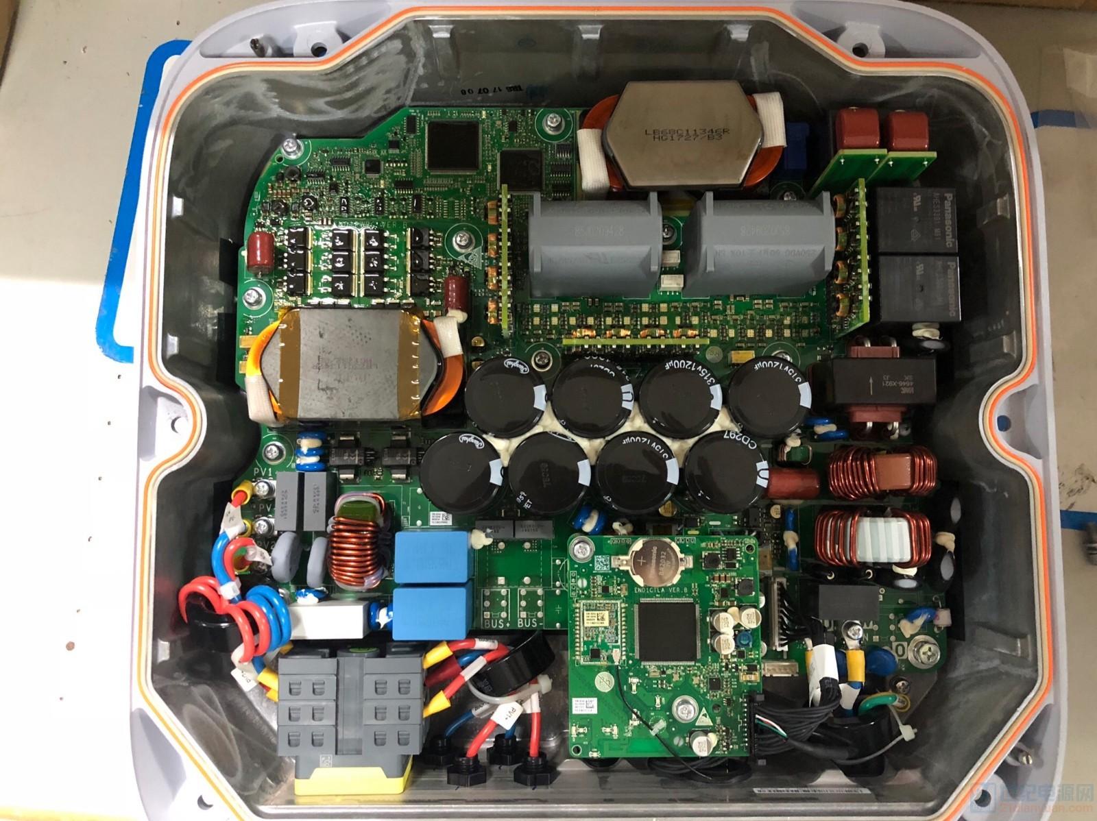 整体图,从左边到右依次是光伏2路直流输入-直流开关--EMI滤波-boost升压-母线电容-逆变-逆变电感-LC电容-双 ...
